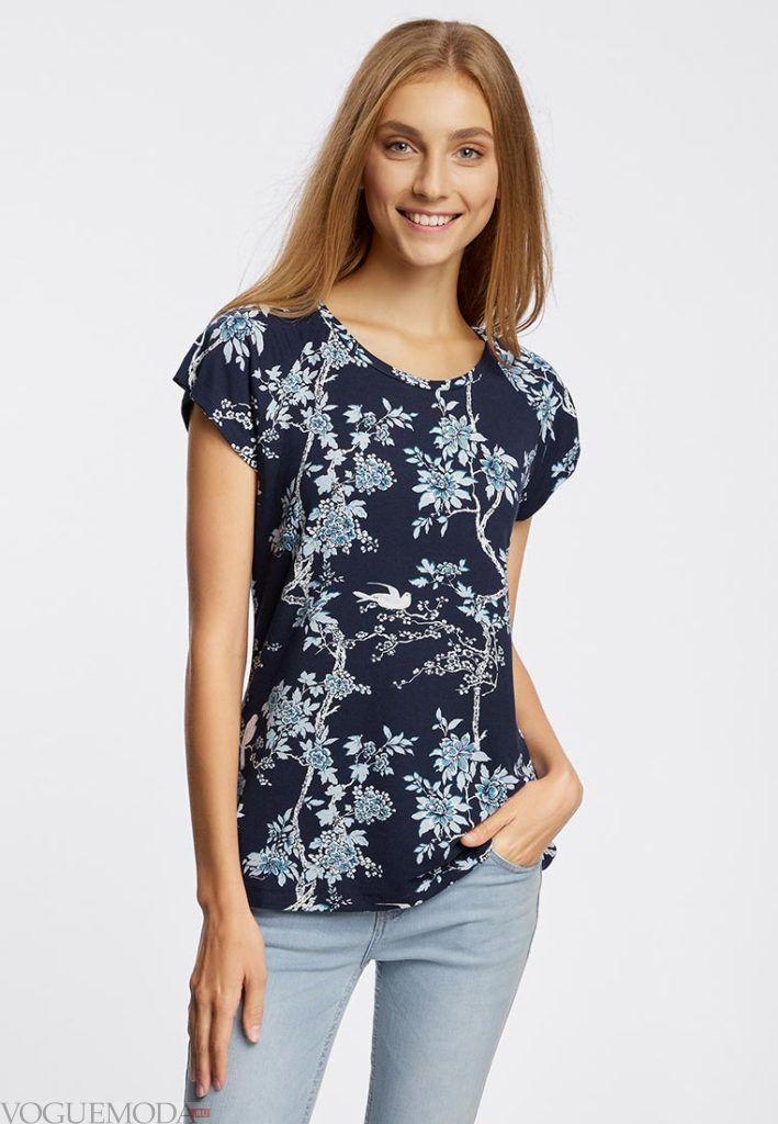 женская синяя футболка с принтом