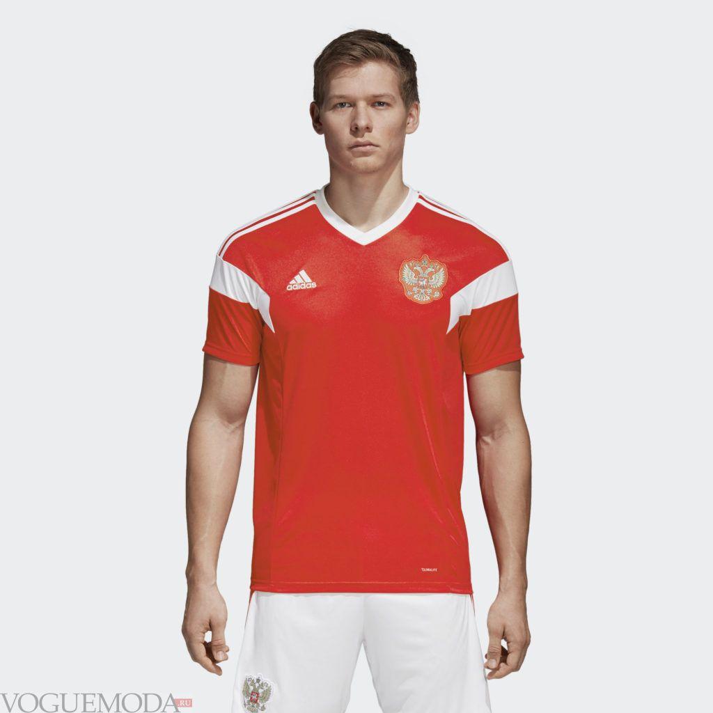 красная футбольная футболка
