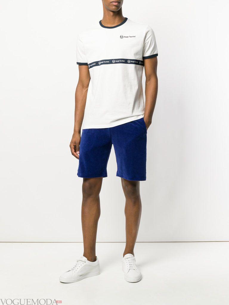 мужские синие шорты и белая футболка с полоской