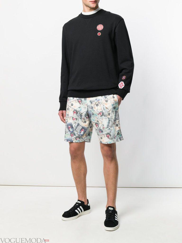 мужские шорты с принтом и черный свитер