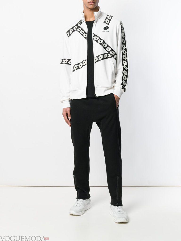 мужская белая куртка с декором и спортивные брюки