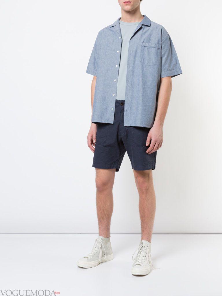 мужские синие шорты и голубая рубашка