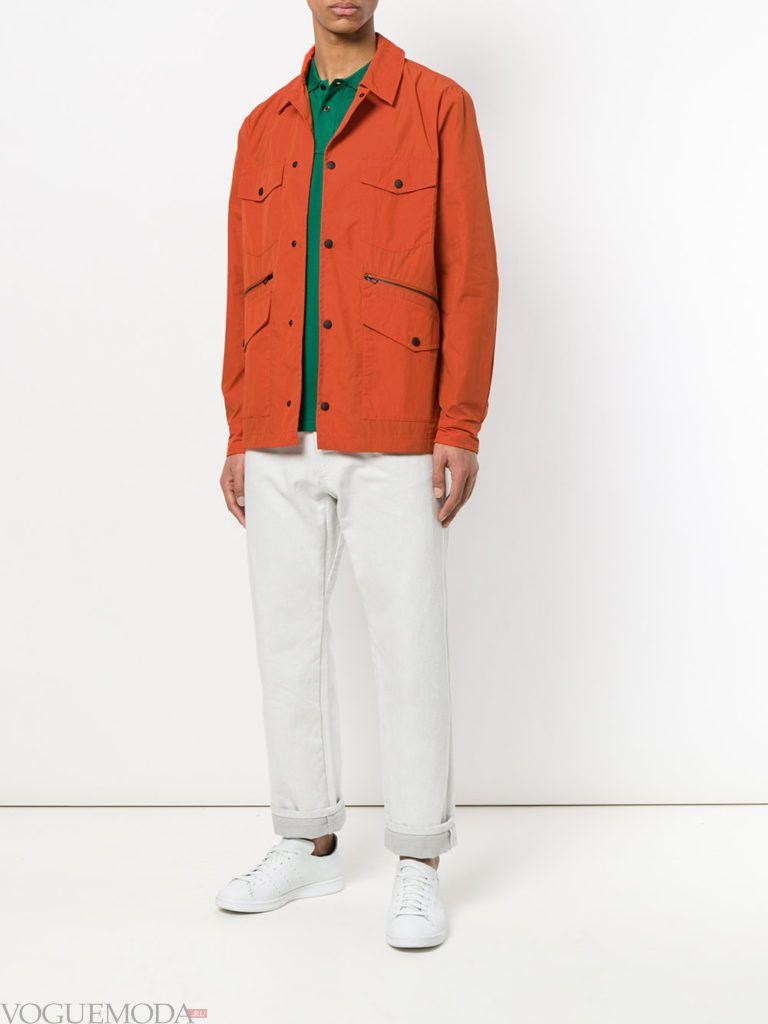 мужская оранжевая куртка и белые брюки