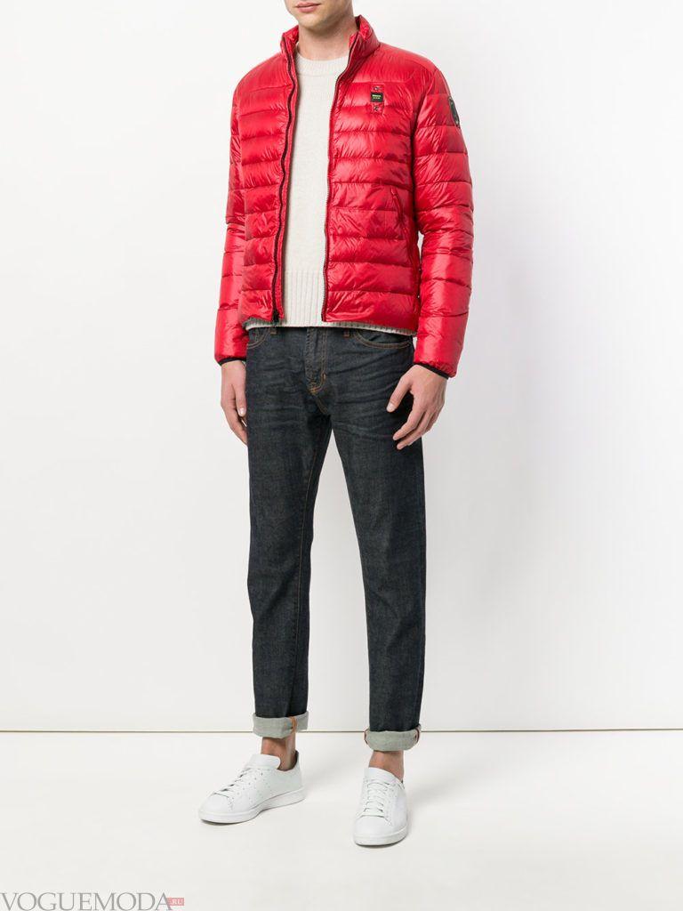 мужская красная куртка и джинсы с отворотом