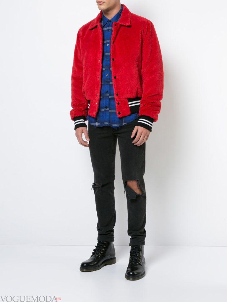 мужская красная куртка бомбер и рваные джинсы