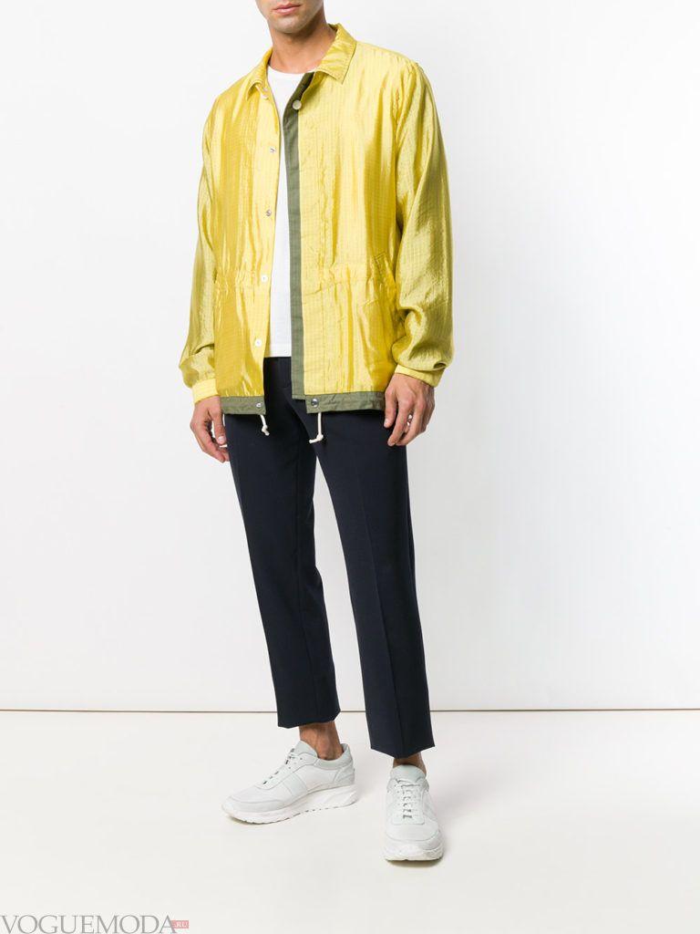 мужская желтая куртка и укороченные брюки
