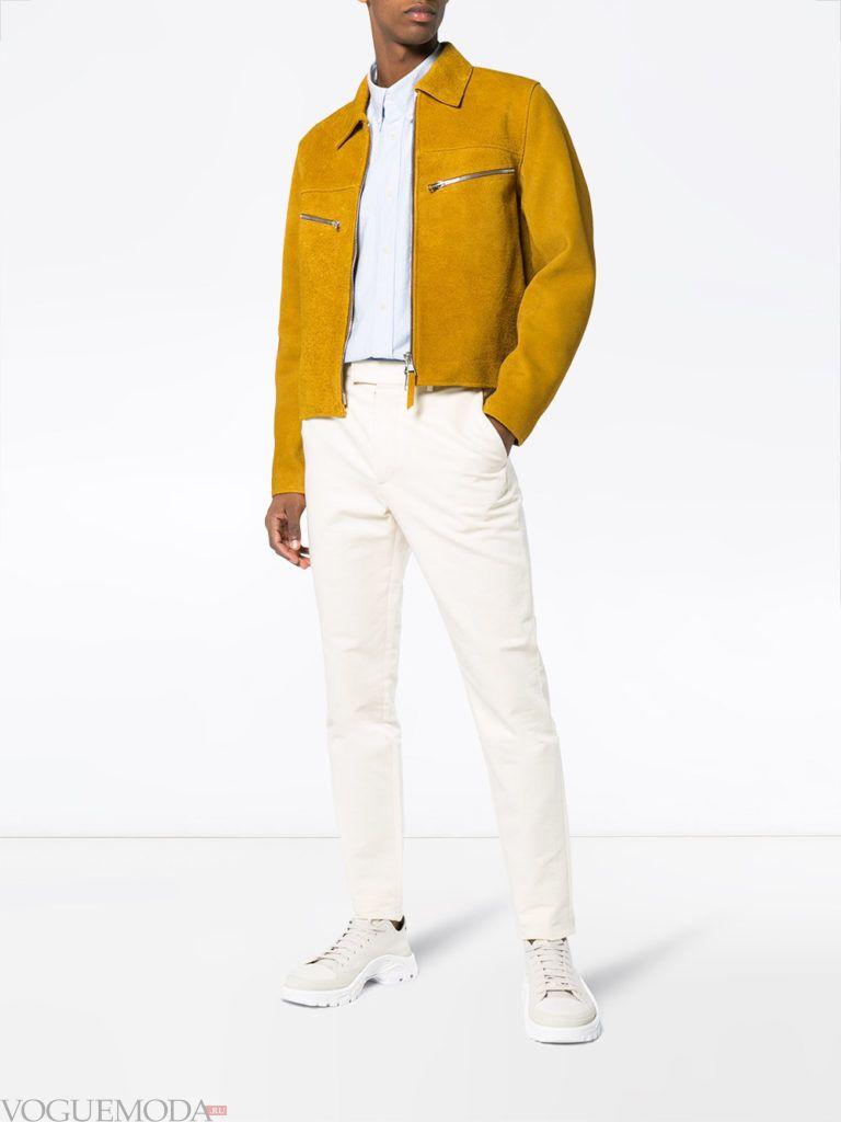 мужская замшевая куртка горчица и белые брюки