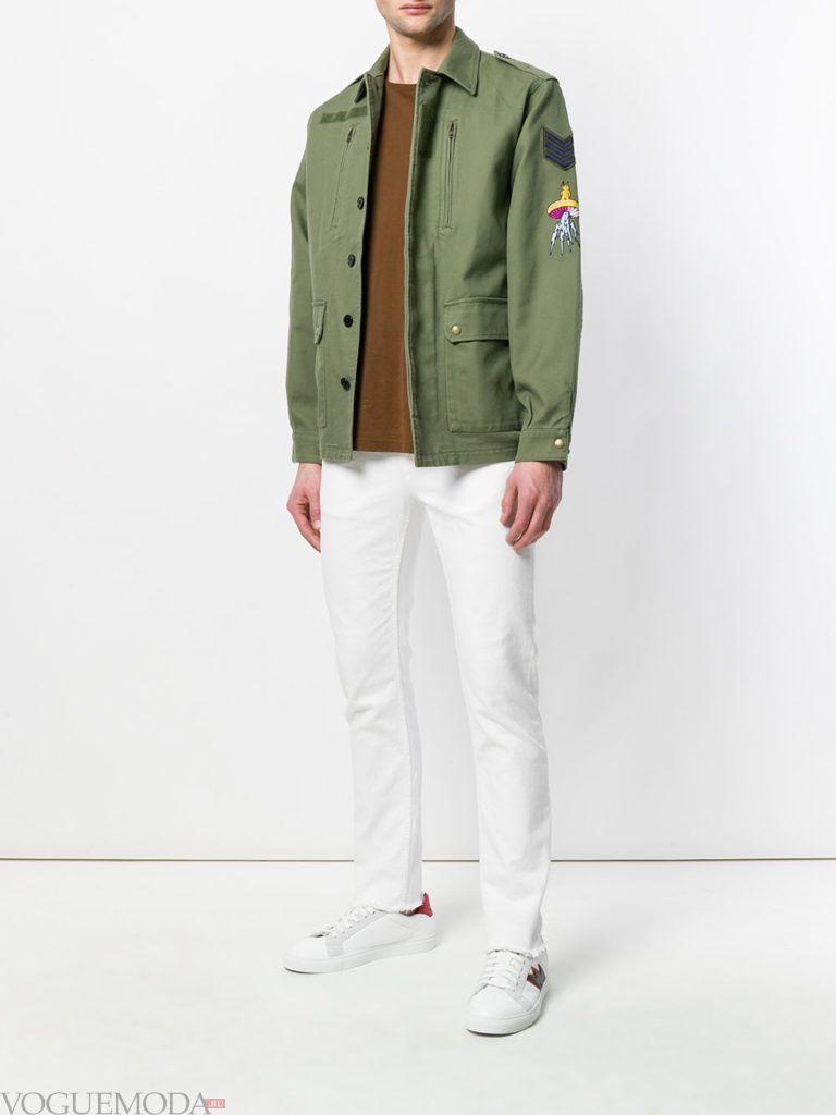 мужская оливковая куртка и белые брюки