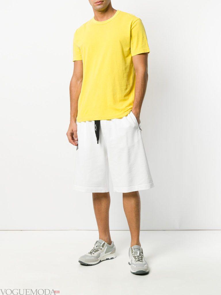 мужские белые шорты и желтая футболка