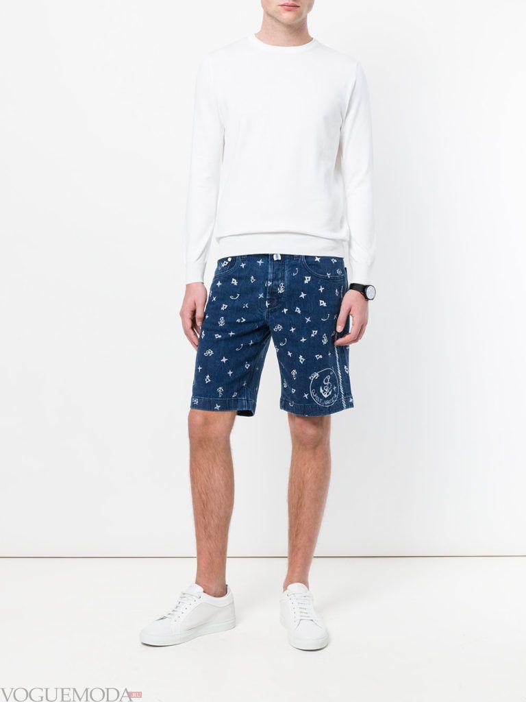 мужские шорты с принтом и белая толстовка лето