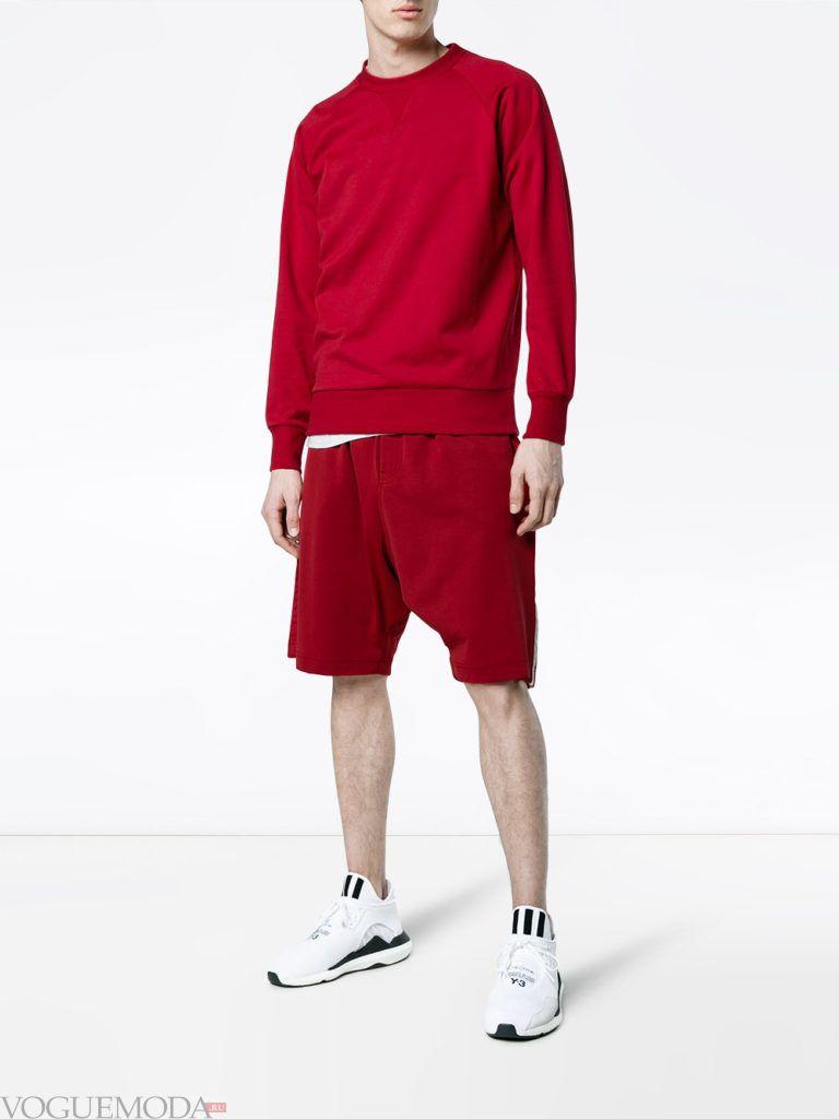 мужские красные шорты и толстовка