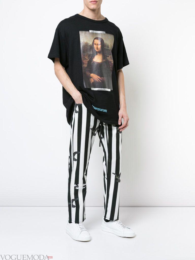 мужские брюки в полоску и черная футболка с декором