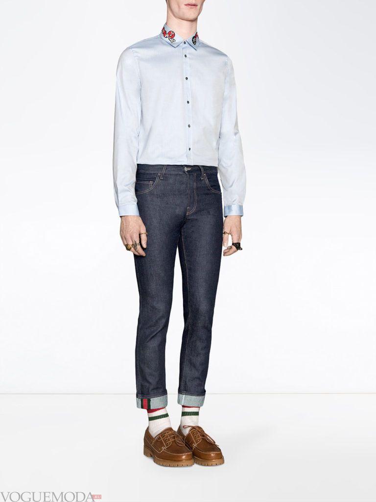 мужские укороченные джинсы и голубая рубашка весна