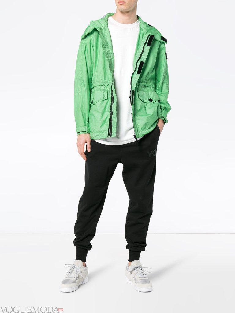 мужские спортивные брюки и зеленая ветровка весна