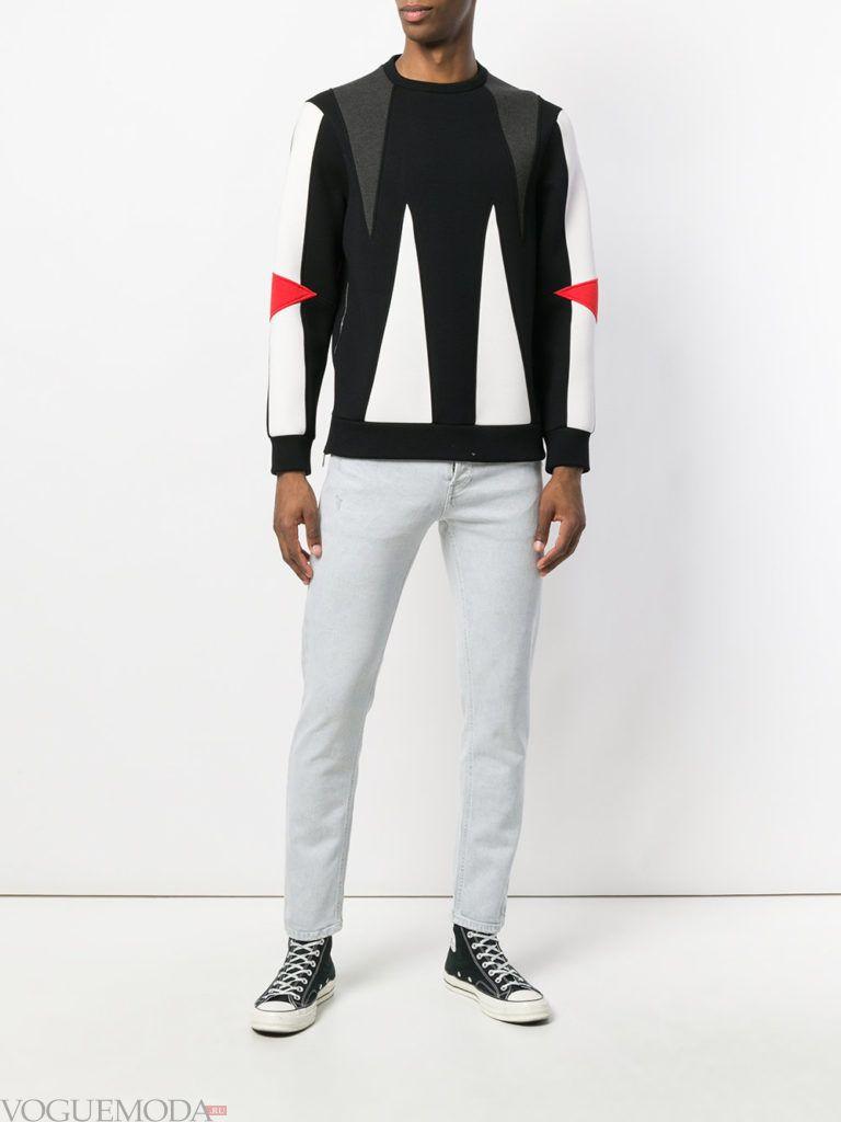 мужские светлые дж инсы и свитер с декором