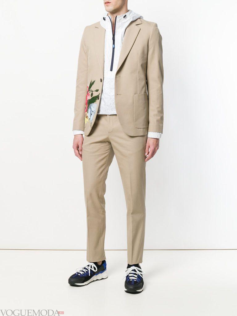 мужской песочный костюм с декором