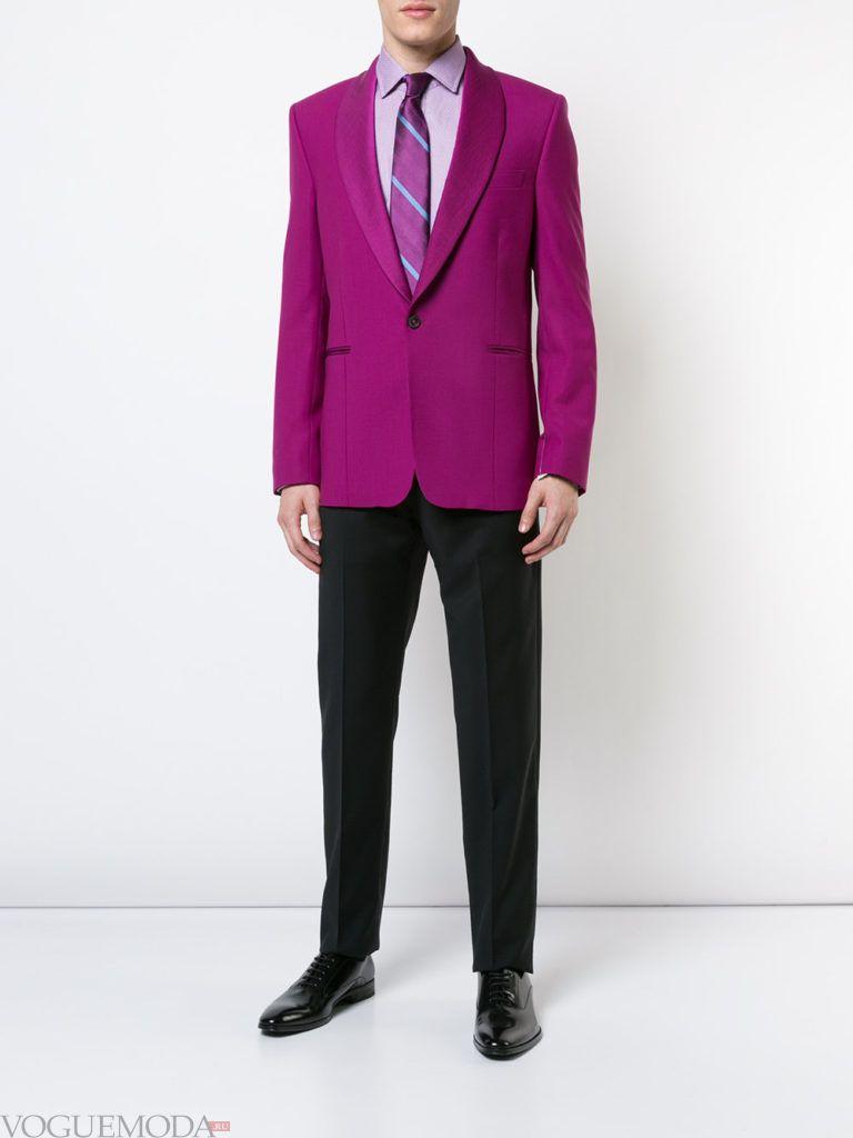 мужской фиолетовый пиджак и черные брюки