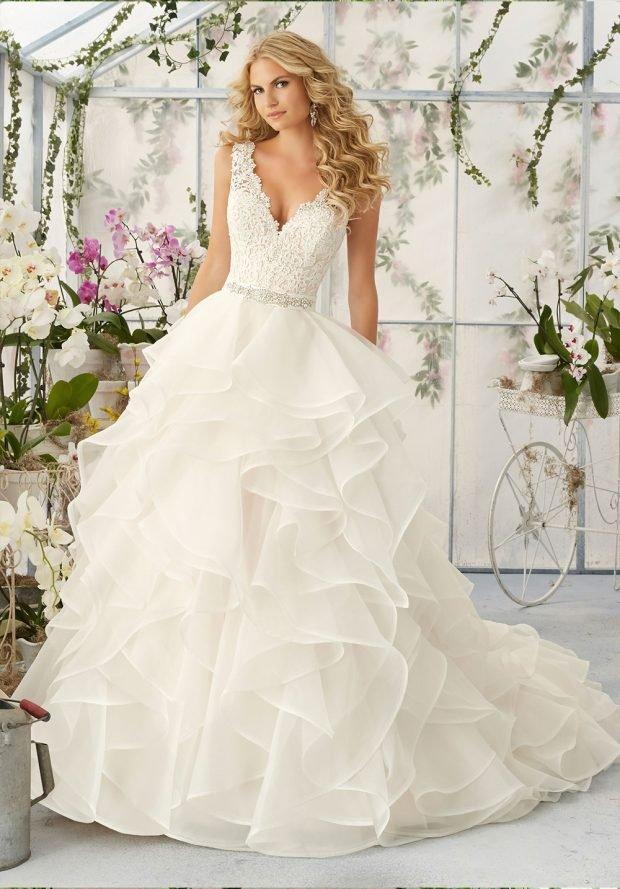 пышное белое с рюшами платье