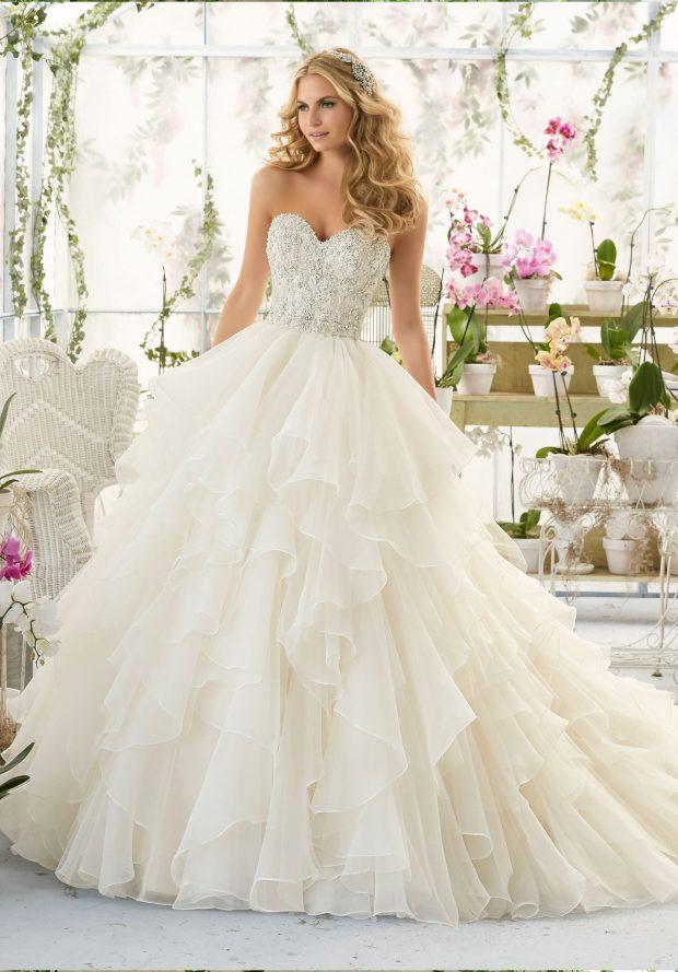пышное белое с рюшами платье открытые плечи